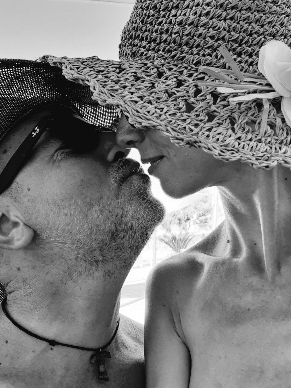 Una coppia sposata che si guarda e che si bacia