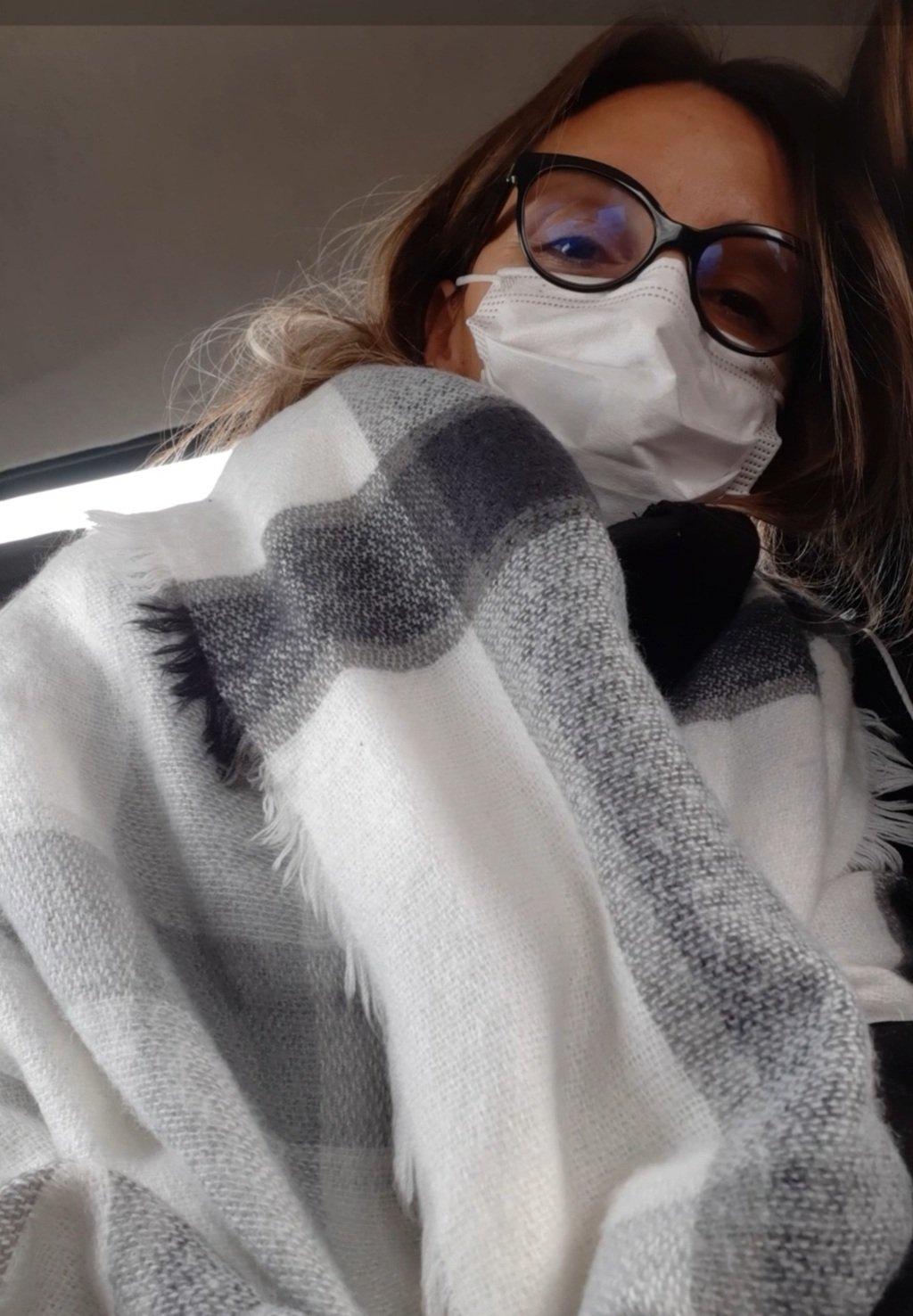 Paola fotografata con sciarpa e mascherina