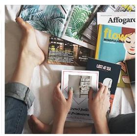 """Paola sul letto immersa tra i libri, che prepara la guida """"Le vere pulizie di Primavera"""""""