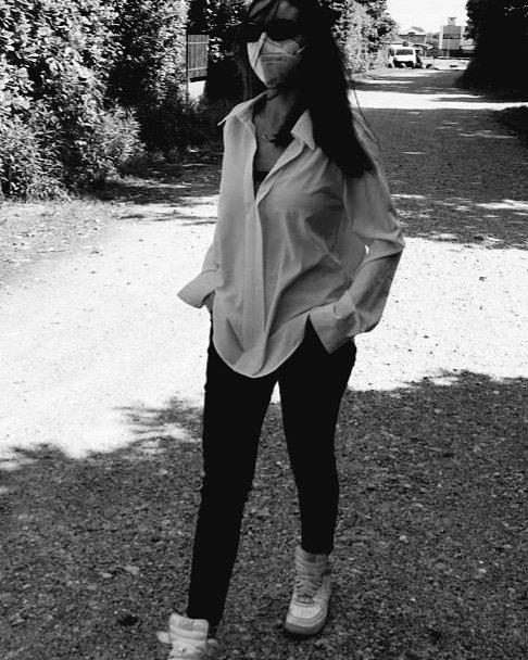 Paola che cammina nell'orto